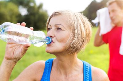 Nainen-juo-pullosta-vetta