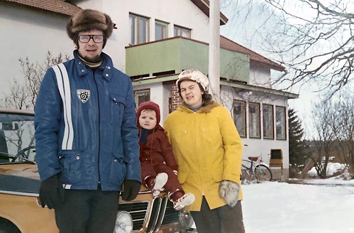 Liisa vanhempiensa Juhanin ja Mariannan kanssa Väinölän talon pihalla.