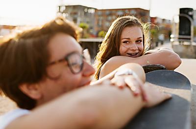 Kaksi nuorta viettämässä aikaa katolla.